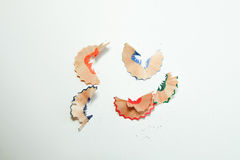 不同的颜色一些色的铅笔和刮在白皮书背景的铅笔刀和铅笔 免版税库存图片