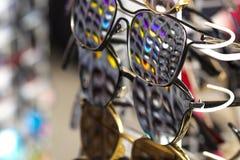 不同的颜色其他玻璃是displa的太阳镜 库存照片