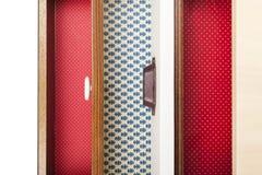 不同的颜色家具抽屉  把天顶裁减装箱 库存照片