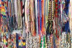 不同的颜色布料镯子行在市场上的 免版税库存照片