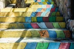 不同的颜色彩虹台阶五颜六色的楼梯 免版税库存图片