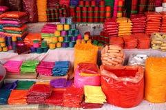 在印第安市场,印度上的五颜六色的Tika粉末 库存照片