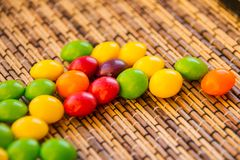 不同的颜色疏散糖衣杏仁  五颜六色的背景 堆的特写镜头五颜六色的甜糖果 分散 免版税库存照片