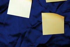 从不同的颜色纸的五颜六色的背景  图库摄影