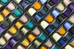 不同的颜色铝咖啡胶囊 免版税库存图片