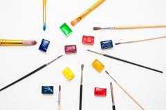 不同的颜色水彩油漆与各种各样的刷子的 免版税库存照片