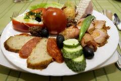 不同的食物快餐和开胃菜在板材 图库摄影
