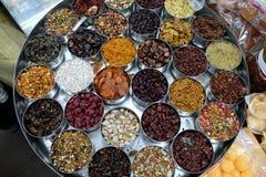 不同的香料和草本在金属碗在一个街市上在加尔各答 库存图片