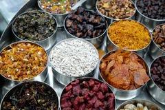 不同的香料和草本在金属碗在一个街市上在加尔各答 免版税库存图片