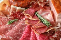 不同的鲜美肉纤巧用作为背景的迷迭香 库存照片