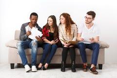 不同的年轻学生在家为检查做准备 库存照片