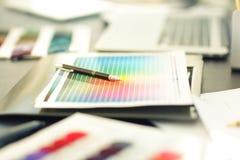 不同的组织宽调色板在桌上的在设计师 免版税图库摄影