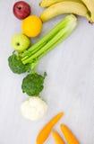 不同的水果和蔬菜健康食物背景演播室照片在木桌上 免版税库存图片