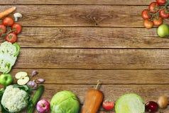 不同的水果和蔬菜健康食物背景/演播室照片在老木桌上 免版税库存照片