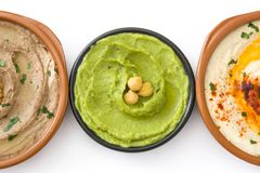 不同的hummus碗 鸡豆hummus、鲕梨hummus和扁豆hummus 免版税库存图片