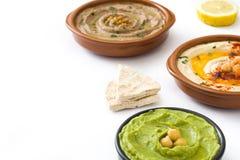 不同的hummus碗 鸡豆hummus、鲕梨hummus和被隔绝的扁豆hummus 库存照片