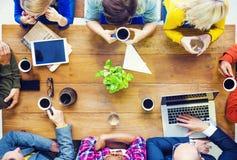 不同种族的人与开始事务谈话在咖啡馆 免版税图库摄影