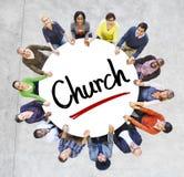 不同种族的人和教会概念 库存图片