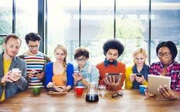 不同种族的人在咖啡馆的Socail网络 库存图片