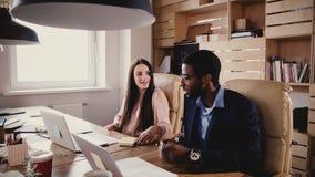 不同种族的企业代表交涉 年轻办公室工作者谈判商业公司协议期限4K 影视素材