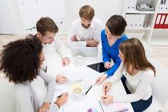 不同种族的企业队在会议 免版税图库摄影