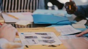 不同种族的商人的特写镜头手在发展办公室合作,在与项目的桌上 影视素材
