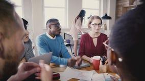 不同种族的商人谈话在办公室会议上 愉快的千福年的起始的伙伴谈判企业协议4K 影视素材