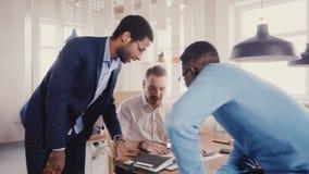 不同种族的商人谈,握手在办公室会议上 聊天愉快的年轻的同事和微笑的愉快的4K 股票录像