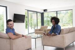 不同种族的夫妇在客厅 免版税库存图片