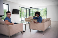 不同种族的夫妇在客厅 免版税库存照片