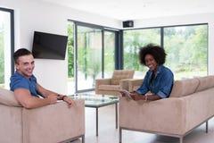 不同种族的夫妇在客厅 图库摄影