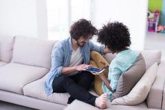 不同种族的夫妇在客厅 库存图片