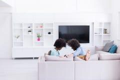 不同种族的夫妇在客厅 库存照片