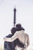 不同种族的夫妇获得乐趣在巴黎在艾菲尔铁塔附近 库存照片