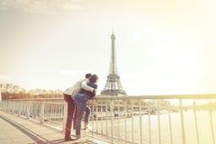不同种族的夫妇获得乐趣在巴黎在艾菲尔铁塔附近 库存图片