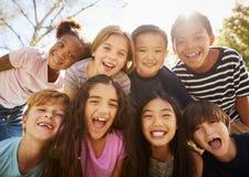 不同种族的小组学校旅行的学童,微笑 免版税图库摄影