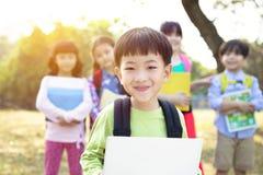 不同种族的小组学童在公园 免版税图库摄影