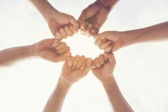 不同种族的小组年轻合作配合站立的手一起 配合概念 库存照片