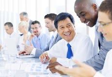 不同种族的小组商人见面 免版税图库摄影