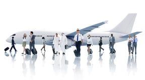不同种族的小组有飞机的商人 免版税图库摄影