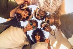 不同种族的小组朋友杂乱的一团加入圈子 库存图片