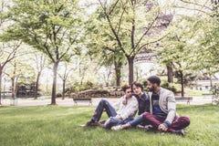 不同种族的小组朋友获得乐趣在公园在埃菲尔附近 免版税库存图片