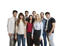 不同种族的小组画象一起站立在色的背景的朋友 免版税库存照片