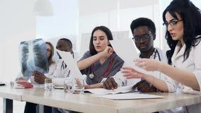 不同种族的年轻医生队开会议在会议室在现代医院 小组不同种族 股票录像