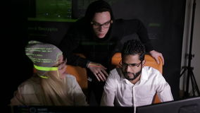 年轻不同种族的计算机黑客合作乱砍,设法对计算机系统能够存取 影视素材