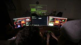 年轻不同种族的计算机黑客合作乱砍,设法对计算机系统能够存取 股票录像
