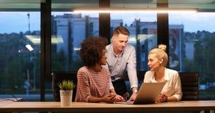 不同种族的起始的企业队在夜办公室 免版税库存图片