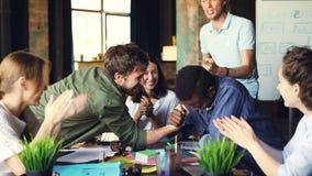 不同种族的队实践武器角力在断裂期间在书桌在办公室的快乐的工友,同事是 股票录像