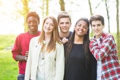 不同种族的青少年的小组 免版税库存照片