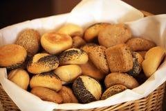 不同篮子的面包许多卷 库存照片